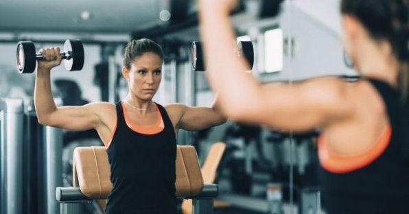 Силовая тренировка для девушек с гантелями: подробный план + упражнения