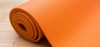 Как выбрать коврик для йоги или фитнеса: все виды и полный расклад по ценам