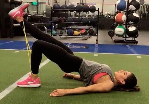 18 тренировок для стройного тела и красивых ягодиц с фитнес-резинкой