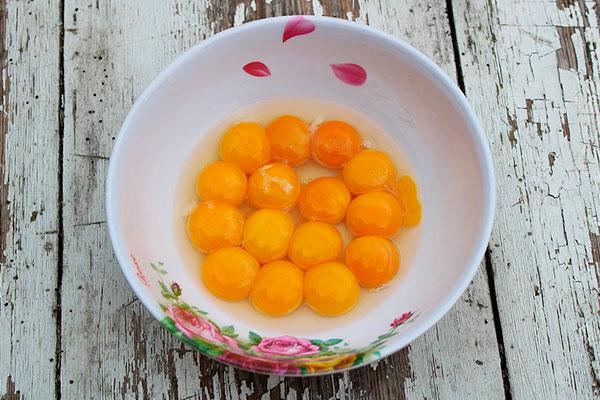 Желтки перепелиных и куриных яиц