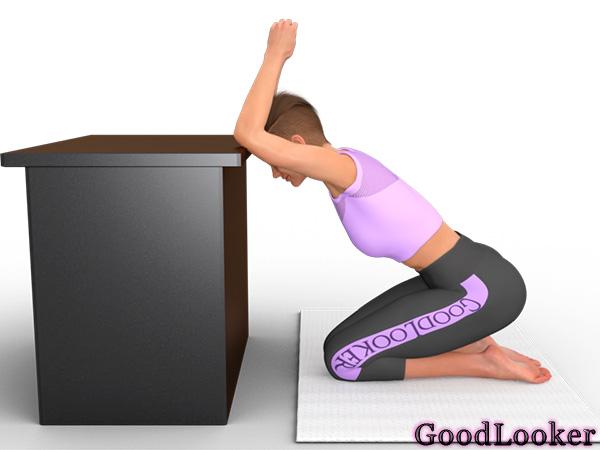 Растягивание спины с опорой на стол